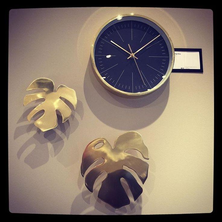 """Nature + doré = touche exotique chic 🌴 avec les nouvelles décorations murales """"Fingerfilodendron"""" disponibles en 2 dimensions m, et la nouvelle petite horloge """"Ova"""". Venez les découvrir au magasin !  #boconcept #boconceptcotebasque #deco #design #meubles #danois #decorations #filodendron #exotique #gold #dore"""
