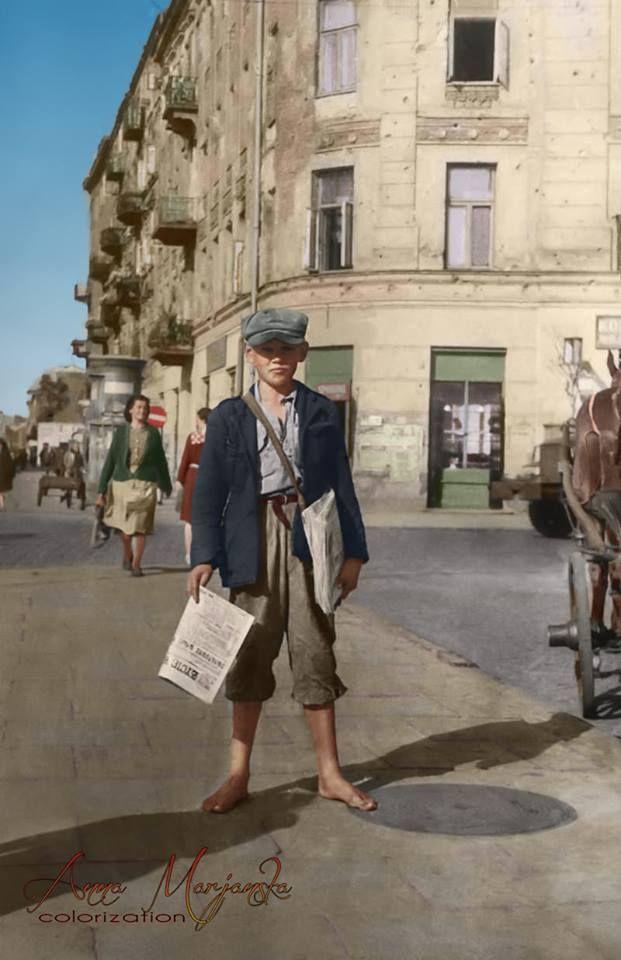 Gazeciarz warszawski, 1945 r. fot. anna.marjanska.design