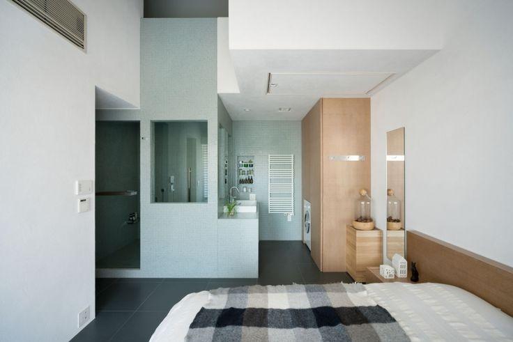 「クールであたたかい家」 個性的な建築の骨格を活かしながら、玄関、リビング、ダイニング、寝室、キッチン、パウダールーム、トイレを回遊動線でつなぎました。風も視線も通り光もまわり込みます。 床はダークカラーのタイル、壁と天井は触感的な白い左官、収納と建具などはほんの少し白染色した木でバランスをとり、その場その場を機能美の光で満たしました。 専門家:関 洋が手掛けたマンションリノベーション・リフォーム住宅事例:taura houseのページ。新築戸建、リフォーム、リノベーションの事例多数、SUVACO(スバコ)