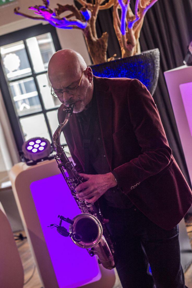 DJ met Saxofonist boeken? Unieke combinatie! - 17 Sounds http://www.17sounds.nl/bruiloft-dj/dj-met-saxofonist/