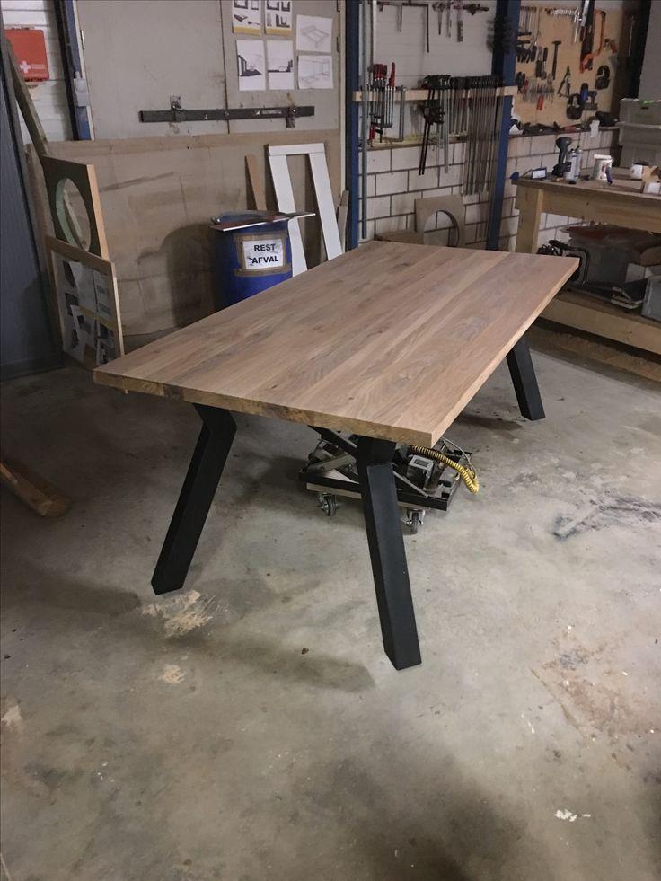 Eiken tafel met geknikte stalen poten. Designer: Martijn Koen