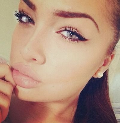 Eyebrows with winged liner.