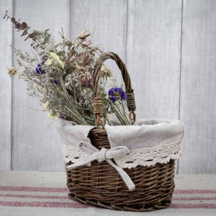 Cesta de mimbre con funda de algodón natural. A la venta en: www.mrwonderfulshop.es