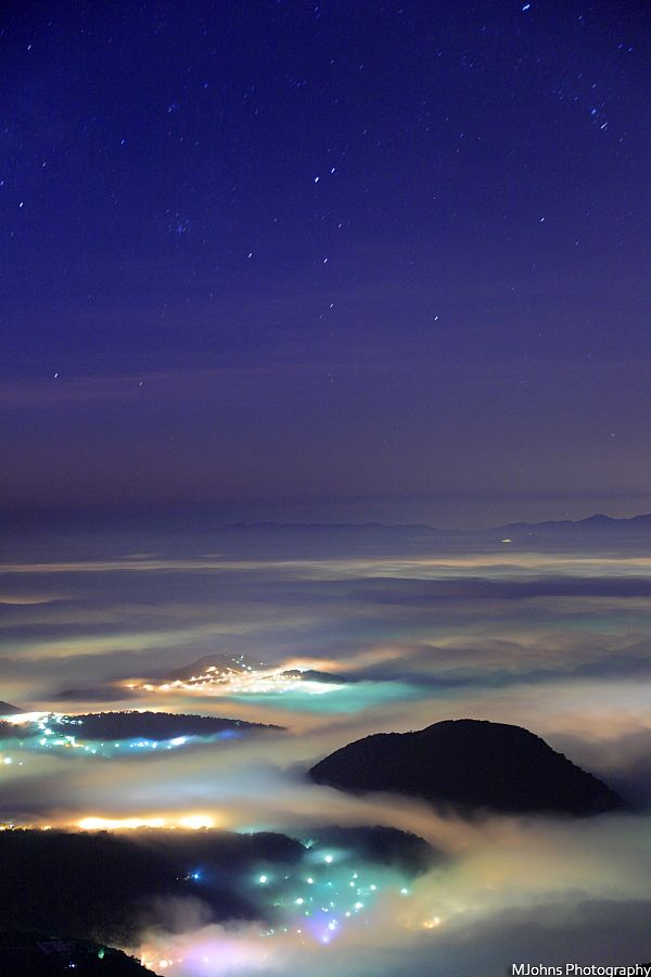 On the highest mountain in Taipei, Datun Mountain, you can see the beautiful sea of clouds during late winter or early spring. If you are lucky enough, the air is clear enough to see very far away, with the stars and the city's colorful lights twinkling through the clouds.