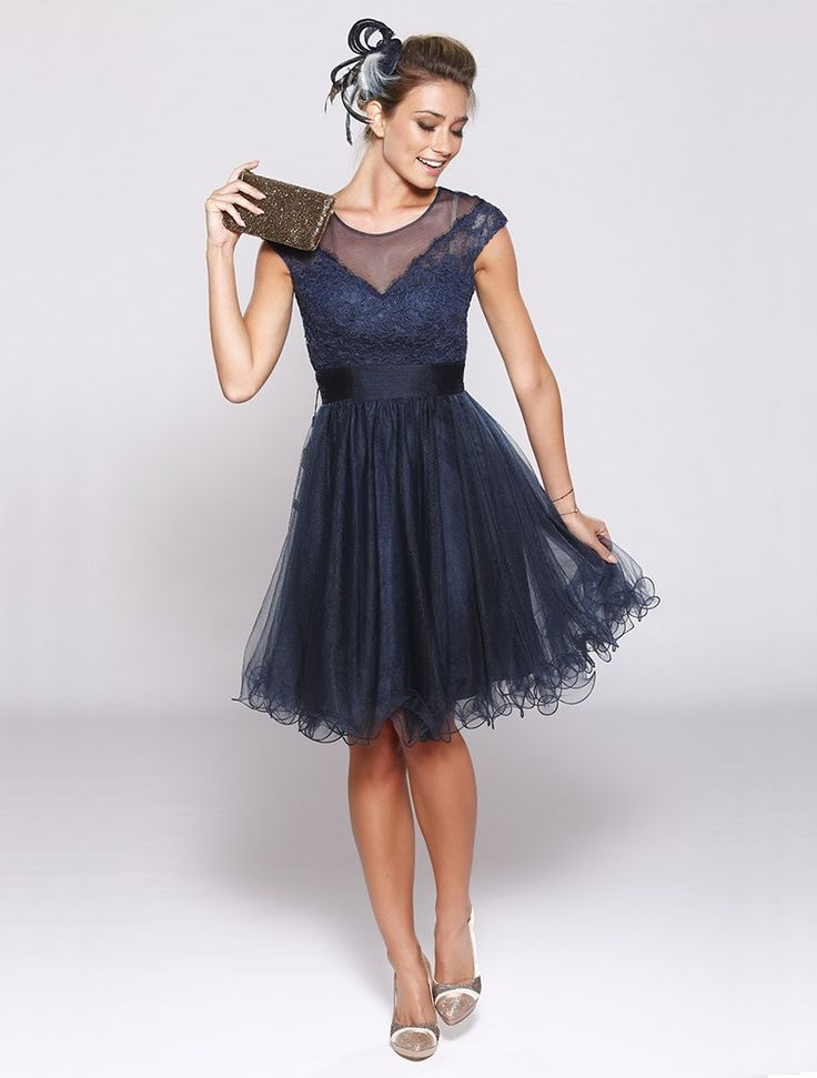 Korte jurk met kleine mouwen, met borduursel en tule -  De jurk is 87 cm lang vanaf de schouders 100 % polyester Alleen chemisch reinigen Geen producten die alcohol bevatten op de jurk verstuiven