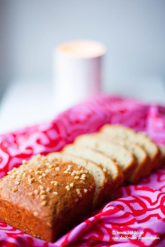 En ljuvlig kardemummakaka som jag svängde ihop, minst lika god som vetemjölsvariant! Denna åt vi i söndags, första advent – makalöst god! Nu hoppas jag att ni som äter glutenfritt/LCHF har lite alternativ till julfikan i år! 1 kaka 4 ägg Sötning med sötma motsvarande ca 75 gram socker 2,5 dl mandelmjöl 0,5 dl aman […]