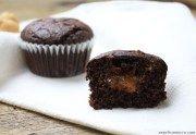 I muffin al cioccolato ripieni di confettura di albicocche sono dei deliziosi dolcetti senza glutine e lattosio che ricordano la famosa torta Sacher.