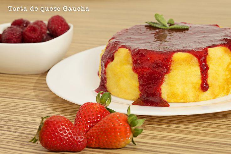 Parece un sencillo requesón esta Torta de queso gaucha. Bañada en salsa de frutos rojos. Exquisita!. Comunícate con Olguita al 3123629574 y pide lo que quieras!