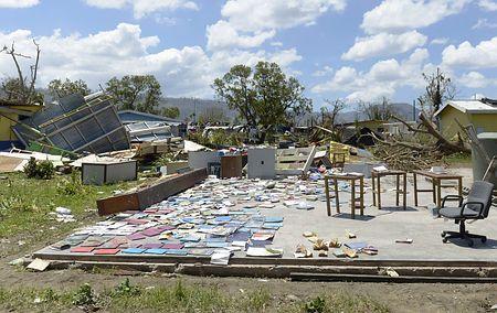バヌアツの首都ポートビラで、サイクロン被害を受けた学校から回収され、乾かされる本=18日(AFP=時事) ▼19Mar2015時事通信|国民の7割被災=支援遅れにいら立ち-バヌアツ http://www.jiji.com/jc/zc?k=201503/2015031900631