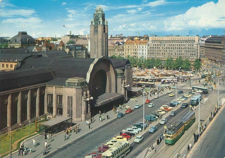 Kuva on viimeistään vuodelta 1969. Asematunneli valmistui kokonaan vuonna 1967. Näyttää niin siistiltä, että kuva lienee vuodelta 1968 tai 1969. Kuva on varsinainen runsaudensarvi. Etualalla teli-Kariajuna linjalla 10, taustalla busseja vaikka minkämoisia. Rautatientori näyttää olevan myös pysäköintialuetta. Kuva © Jyrki Längman,
