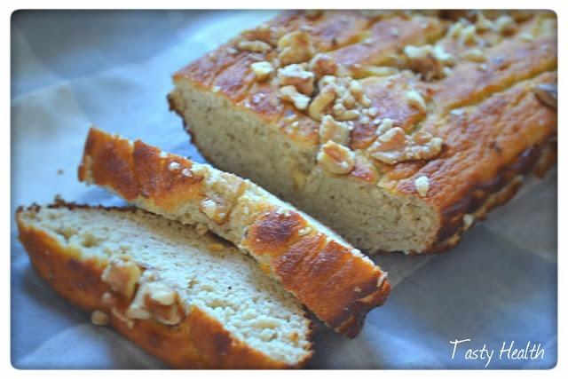 Världens godaste Banana bread 1 bröd, ca 10 skivor  0,75 dl (40g) mandelmjöl 0,75 dl (40g) kokosmjöl 0,5 dl (20g) Whey complete vanilj (eller mer mandelmjöl eller havremjöl dvs malda havregryn) 2 väldigt mogna bananer, ca 180 g 65 g lättkesella 0,5 dl naturell yoghurt 2 äggvitor 2 tsk bakpulver 1/2 tsk bikarbonat 1 tsk kanel Valfritt: 1 msk stevia strö 15 g valnötter