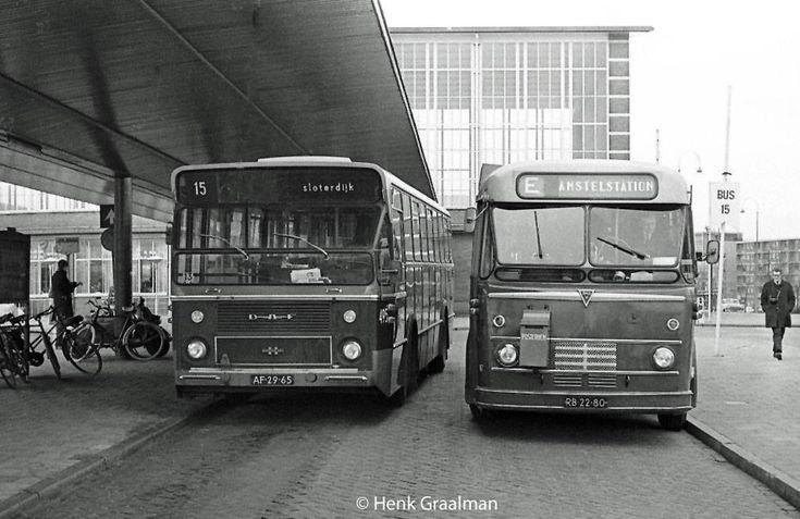 Trams in Amsterdam: Bussen bij het Amstelstation in 1970