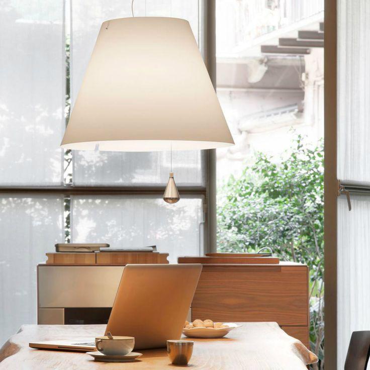 Luceplan Costanza saliscendi lampada a sospensione. Grazie al contrappeso è possibile regolare l'altezza a seconda di necessità e gusti.