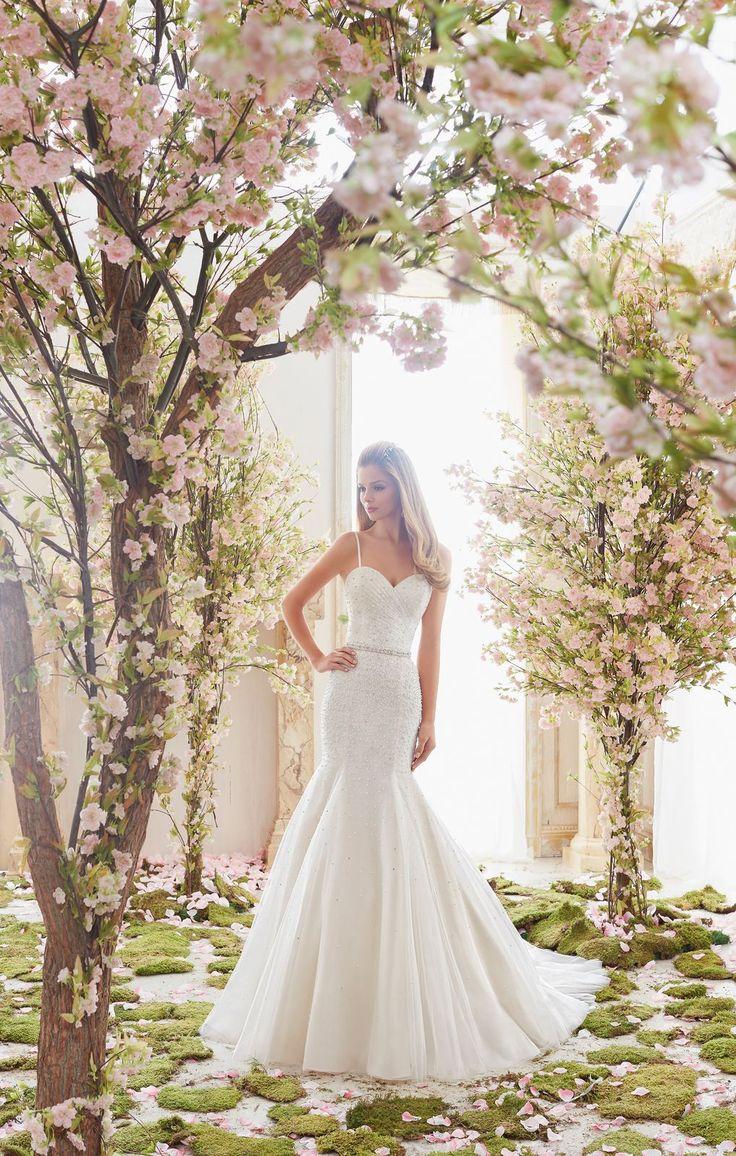 Piękna suknia ślubna Mori Lee o kroju rybki, dekolt typu serce. Dopasowana linia bioder, doskonale podkreśli kobiece kształty. Suknia z …