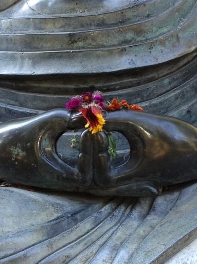 Mudra: Dhyana. Gesto da Meditação. O canal nervoso associado com a mente da Iluminação (Bodhichitta) passa pelos polegares. Assim, juntando os dois polegares nesta postura é de um significado auspicioso para o futuro desenvolvimento da mente de iluminação.