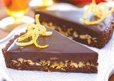 Μια υπέροχη τάρτα σοκολάτας... Τέλεια βάση με άρωμα κανέλας, γέμιση με καβουρδισμένα αμύγδαλα με ζαχαρωμένες φλούδες πορτοκαλιού και επικάλυψη υπέροχης γκα