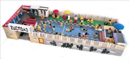 Lego swimming pool with booths, showers, toilet, snack bar, seats - and water.  Lego zwembad met kleedhokjes, douches, wc's, een snackbar, zitjes - en water.