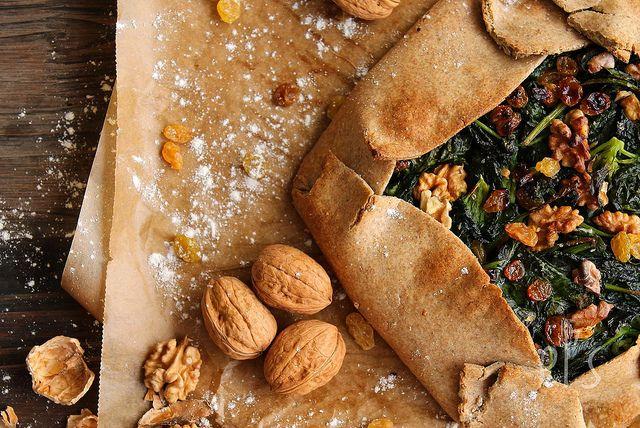 Tarte rustique aux épinards, raisins et noix {vegan}
