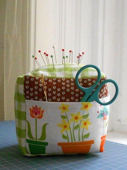 Pincushion cube with needle holder and pockets - Tűpárna varrótűtartóval és zsebekkel