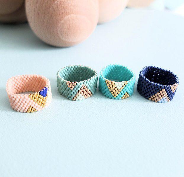 Le produit Bague peyote motif triangles, perles de verre Miyuki est vendu par My-French-Touch dans notre boutique Tictail.  Tictail vous permet de créer gratuitement en ligne une boutique de toute beauté sur tictail.com