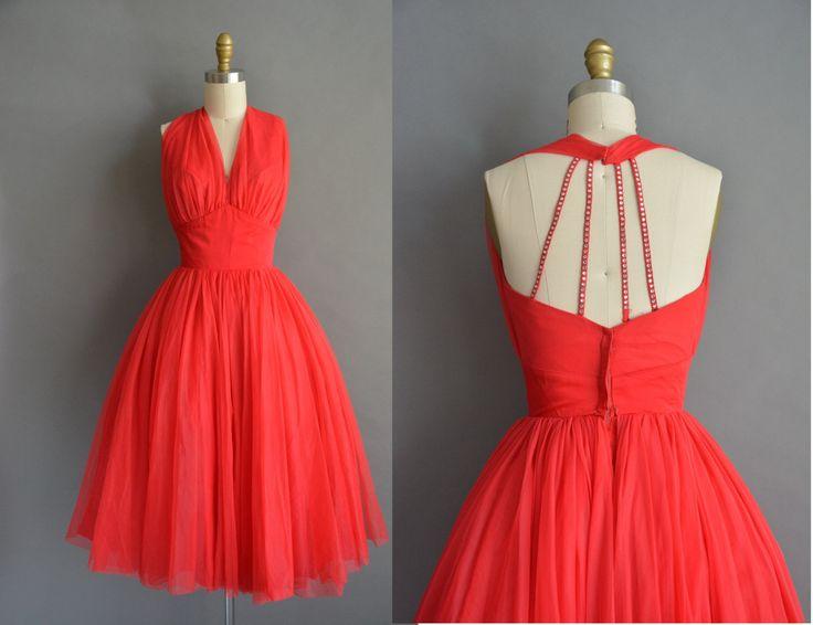 Vintage jaren 1950 Lilli Diamond partij jurk met een zeldzame saucy Strass scrappy terug. De jurk is voorzien van een erg vleiend vrouwelijke ingerichte bovenlijfje met een plank buste fi, gesmoord taille en gratis volledige rok. Er is een terug metalen rits sluiting.  ✂---M E EEN S U R E M E N T S---  best past: extra klein  Bust: 33 Taille: 24 heupen: open fit totale lengte: 46  Label/etiket: Lilli Diamond materiaal: chiffon voorwaarde: uitstekend _______________________________  ☆…