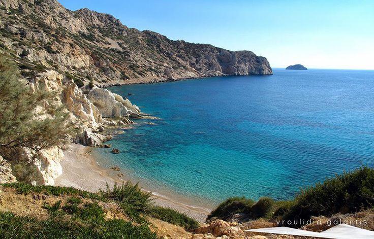 Χίος - Βρουλίδια...Τα κάτασπρα βράχια σε συνδυασμό με τη χοντρή άμμο, τα μικρά λευκά βότσαλα και τα γαλαζοπράσινα νερά δημιουργούν ένα εξωτικό τοπίο.