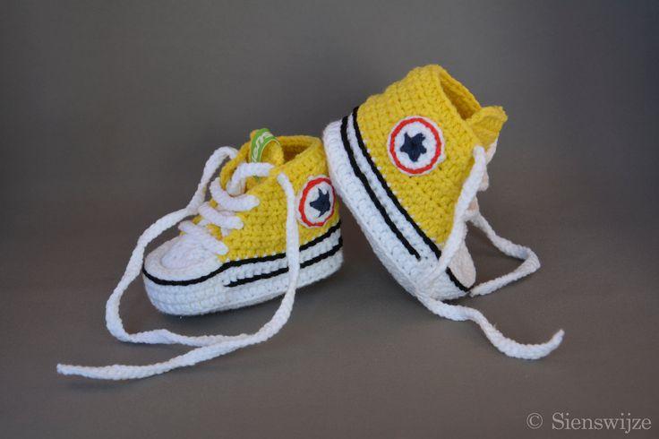 Gele baby Converse sneakers, Gehaakte baby slofjes, Handgemaakte baby schoentjes,  0-6 mnd door Sienswijze op Etsy