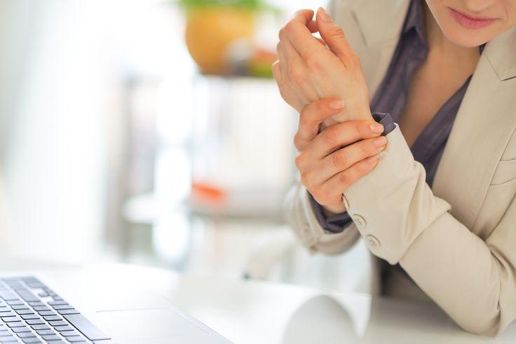 L'arthrose altère le quotidien de nombreux Français. Si cette dégradation du cartilage touche souvent la hanche ou les genoux, elle affecte également les mains, 3ème localisation la plus fréquente. Le Pr Francis Berenbaum, chef du service de rhumatologie de l'hôpital Saint-Antoine (Paris), dresse la liste des symptômes à ne pas négliger.