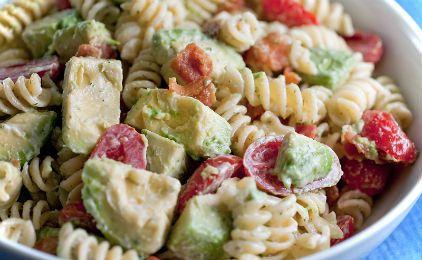 Σαλάτα με μακαρόνια, αβοκάντο και ντοματίνια