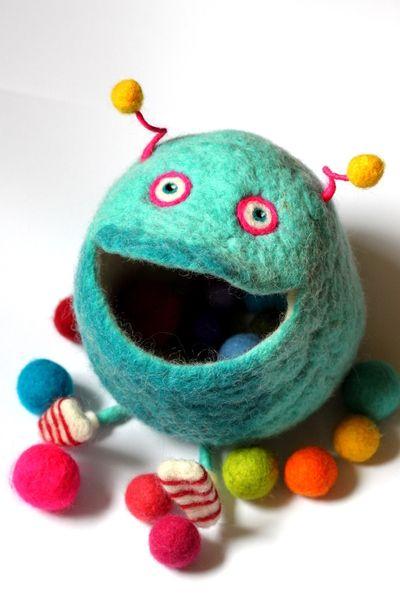 felted sock monster  Sockenmonster Higgg´s ist ganz wild auf all die kleinen Schätze die in seinen Bauch super Platz finden und so nicht mehr im Nirgendwo des Chaosuniv...