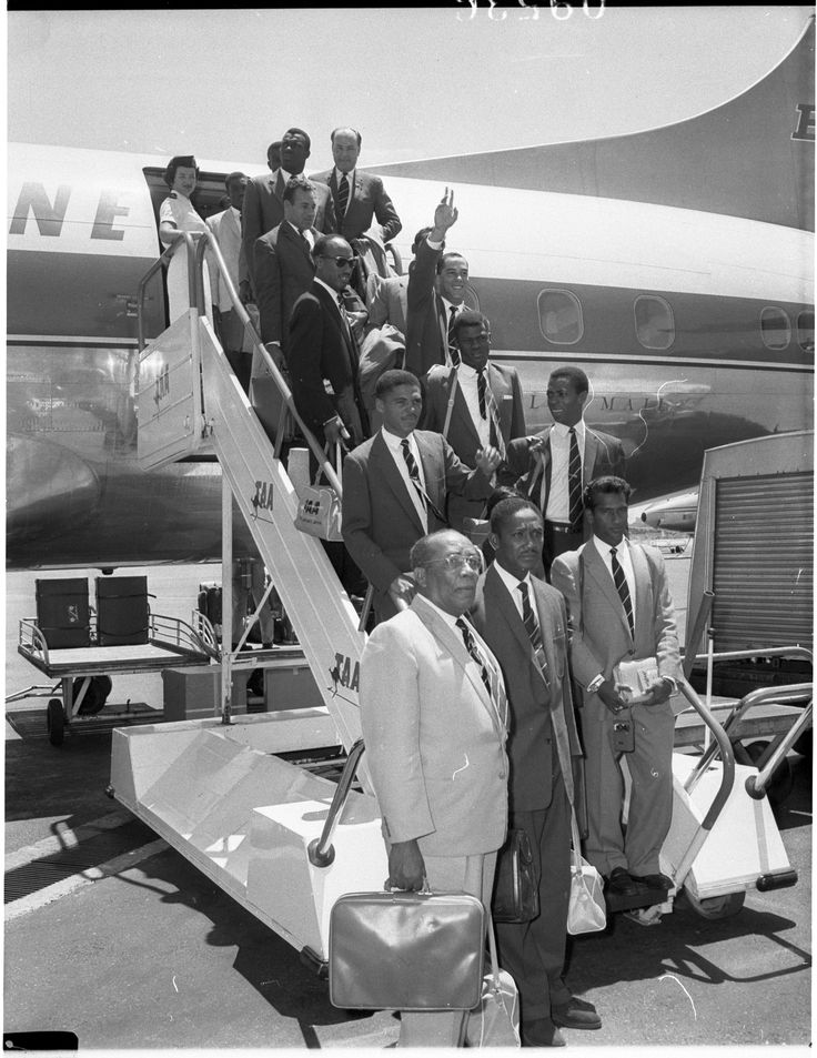 The West Indies cricket team arrives in Sydney at the start of the 1960-61 tour. 24 November 1960. Australian Photographic Agency collection, Mitchell Library, State Library of New South Wales.