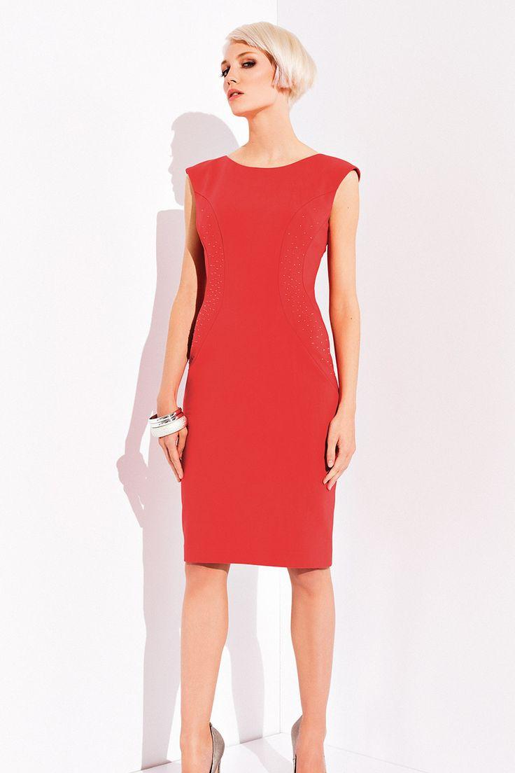 ПЛАТЬЕ TAMINA Необычайно женственное и элегантное платье Tamina. Модель выполнена в приталенном фасоне, без рукавов, с закрытым вырезом декольте. Фасон платья создан для девушек, желающих подчеркнуть талию, сделать ее более выразительной и утонченной. Платье изготовлено из комфортного и приятного материала, представлено в актуальном красном цвете. Модель платья Tamina прекрасно смотрится на девушках любого возраста, поможет продемонстрировать и подчеркнуть настоящий французский шик.
