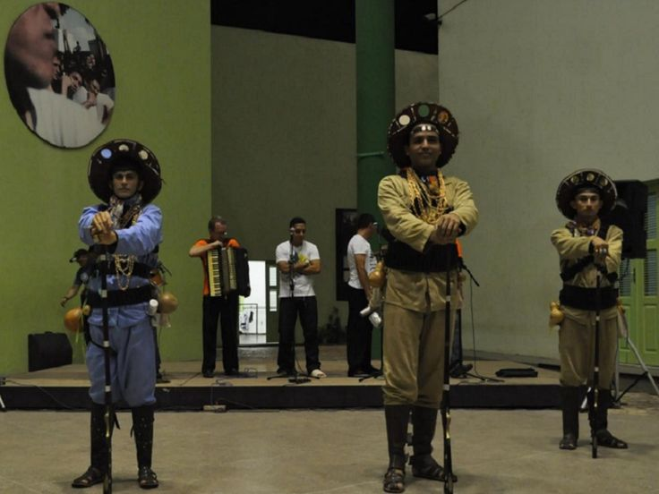 """Entre os dias 4 e 25 de janeiro, o Grupo Raízes Nordestinas encena a montagem """"Ceará das Danças e Tradições"""" no Centro Dragão do Mar de Arte e Cultura. A apresentação acontece aos sábados, sempre às 18h. A entrada é Catraca Livre. O espetáculo mistura coreografias, projeções folclóricas e músicas interpretadas por um cancioneiro popular....<br /><a class=""""more-link"""" href=""""https://catracalivre.com.br/fortaleza/agenda/gratis/ceara-das-dancas-e-tradicoes-resgata-cultura-do-sertao/"""">Continue…"""
