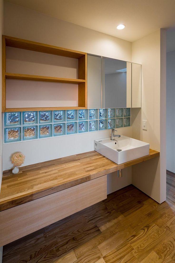 青いガラスブロックのある洗面エリア(緩やかに囲む家) - バス/トイレ事例|SUVACO(スバコ)