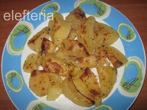από μέσα ζουμερές και από έξω τραγανές, ίσως οι πιο νόστιμες πατάτες φούρνου που έφαγα ποτέ        υλικά   8-10 μέτριες πατάτες   2 σ...