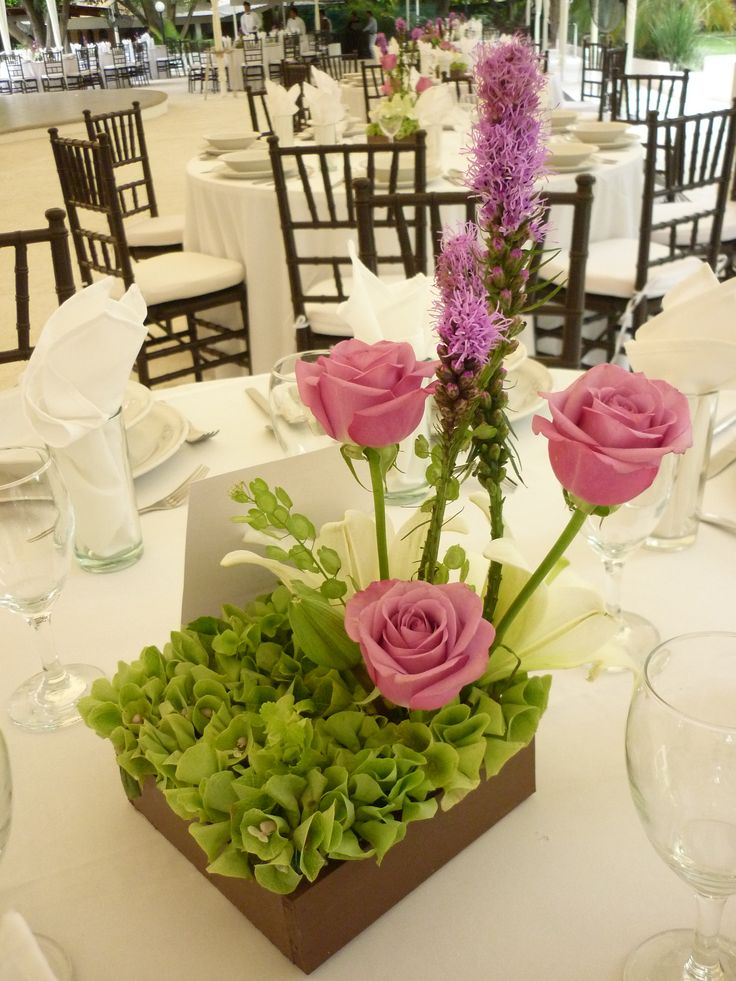 Centro de mesa en lila de Florería el Paraíso en Quinta Pavo Real del Rincón www.pavorealdelrincon.com.mx