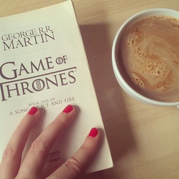 Dzieci roznoszą mieszkanie po śniadaniu nieposprzątane i wszyscy wciąż jesteśmy w piżamach. Czyli idealny moment na kawę oraz ponowne przeczytanie najgrubszej serii książek na świecie. Mniam! #paniczyta #coffee #lazysunday #morningcoffee #czytanie #książki #ksiazki #gameofthrones #grrm #georgerrmartin