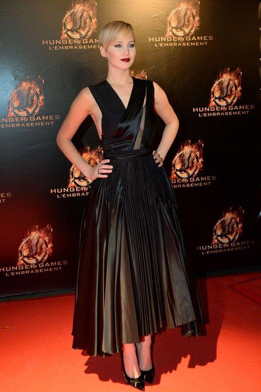 """Jennifer Lawrence w sukni Dior Couture na premierze filmu """"Igrzyska śmierci: w pierścieniu ognia"""" w Paryżu, 15.11.2013, fot. East News"""