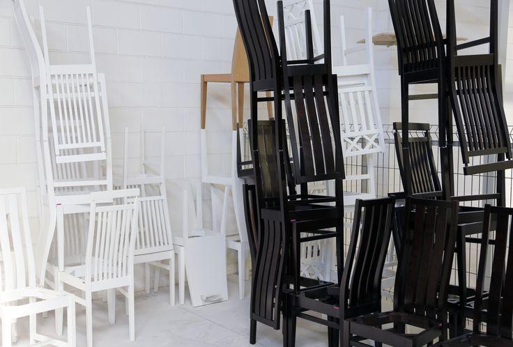 Tuolitaidetta maalauslinjalla 🖌 | Chair #artinstallation at the painting line 🖌  #pohjanmaan #pohjanmaankaluste