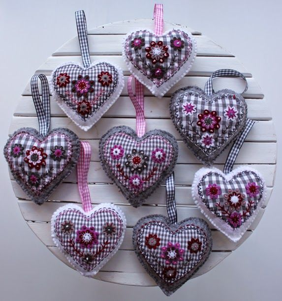 Winter decorative felt hearts. By Handwerkjuffie.
