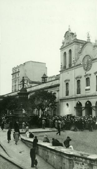 Largo S. Francisco e o monumento a José Bonifácio, datada de 1927, foto de autoria de Caio P. Barreto,, acervo do Arquivo Público do Estado de São Paulo, Memória Pública.