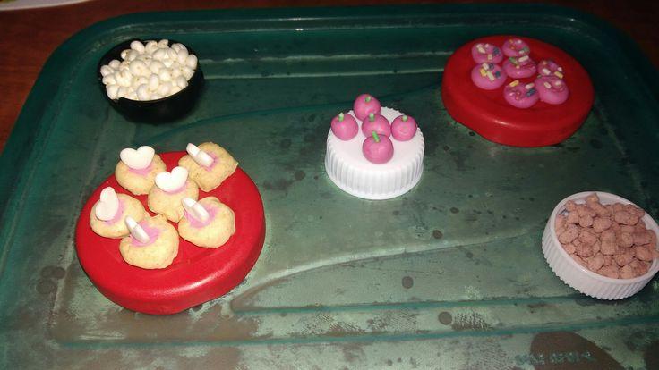 Donuty, koláče, jablká, pukance (donut, cake, apple, popcorn)