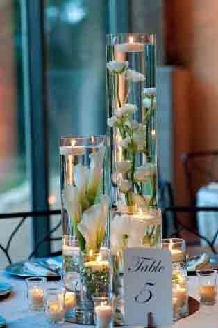 Centros de mesa con flores sumergidas en agua