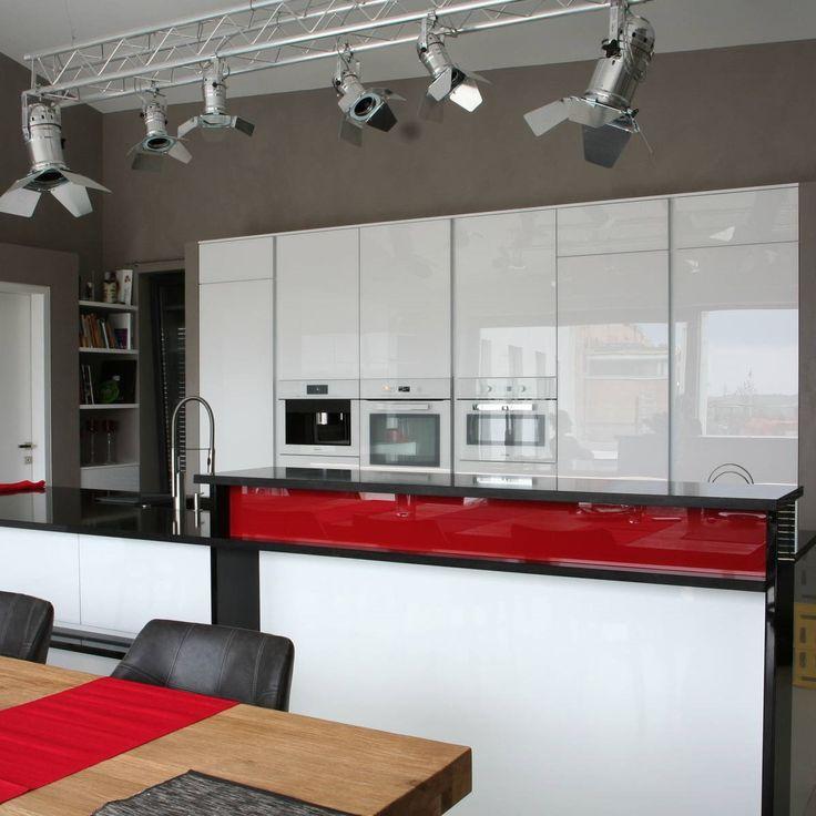 Biela kuchyňa s červenými prvkami