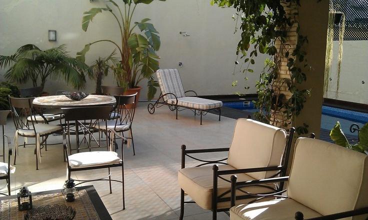 Muebles de jardin forja artesanal patio con piscina casa - Muebles de piscina ...