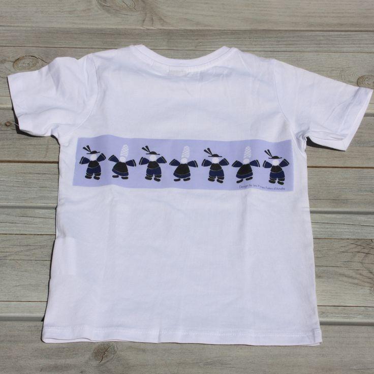 Teeshirt en coton décoré d'une farandole de petits bretons imprimés dans le dos. Le devant est sans motif. Le dessin est une création Les Ptites Folies d'amelie et a fait l'objet d'un dépot à l'INPI.  http://www.lesptitesfoliesdamelie.fr/decos-regionales/1855-teeshirt-farandole-de-petits-bretons.html