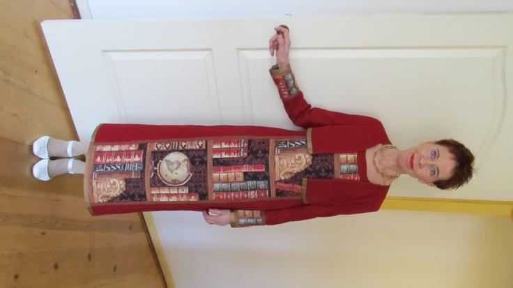 Charlotte Mutsaers als wandelende boekenkast, gedragen naar het boekenbal, ontworpen door Annemarie Klein Hofmeijer
