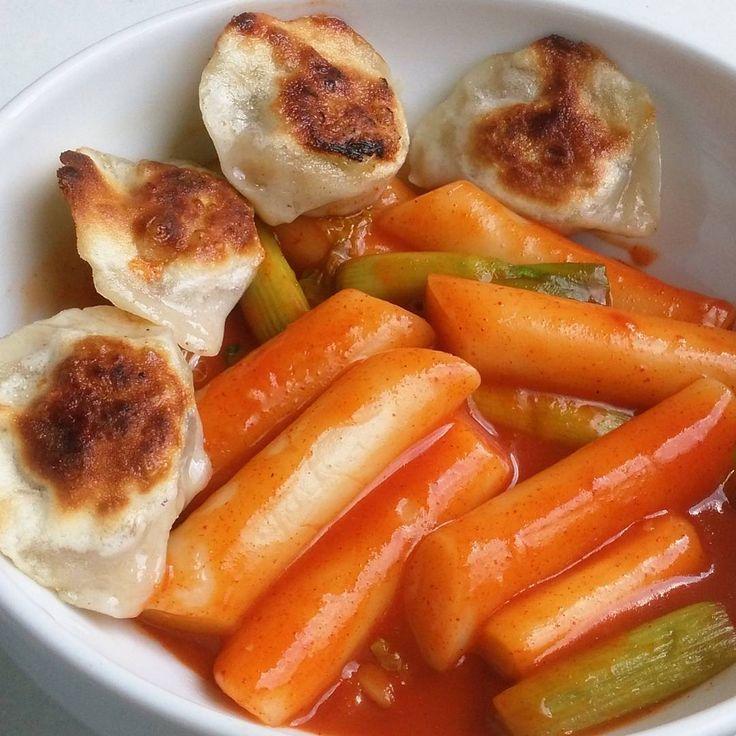 Ddeokbokki mit Dumplings #ddeokbokki #dumplings #vegetarisch #vegetarian #ricecake #koreancuisine #healthy #gesund #spicy #scharf #foodlove #foods #food #foodstagram #instafood #homemade #koreanisch #frühlingszwiebeln #foodpics #foodporn #foodblogger #food�� http://w3food.com/ipost/1503199326003669795/?code=BTcb9KdDisj