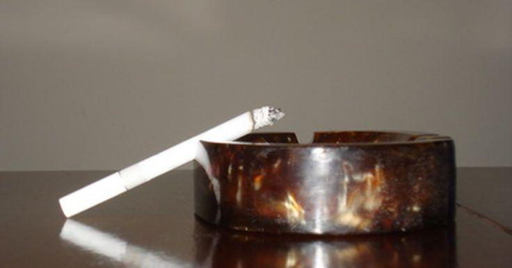 Cómo eliminar el olor a humo de cigarrillo. El olor a humo de cigarrillo puede permanecer en las telas durante un período prolongado y la nicotina del humo incluso puede llegar a manchar las paredes. Si bien lo mejor es evitar el humo del cigarrillo y no permitir que nadie fume en tu casa o en tu automóvil, hay formas de manejarlo. Sigue leyendo para aprender a eliminar el olor a humo de ...