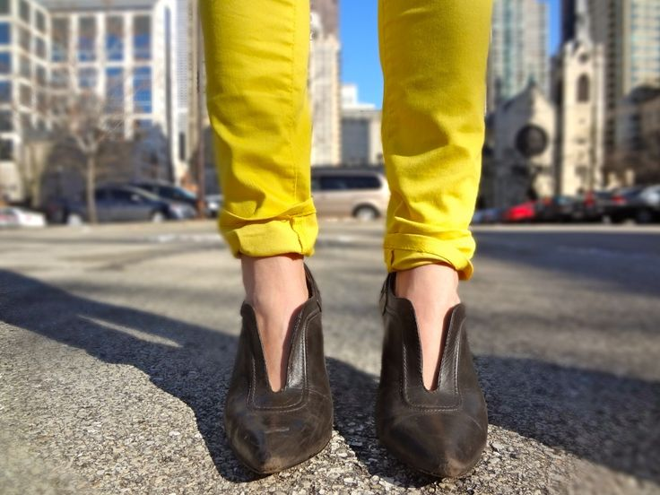how to wear yellow denim, yellow jeans outfit, yellow denim outfit, mustard jeans outfit, how to wear mustard jeans, what to wear with yello...